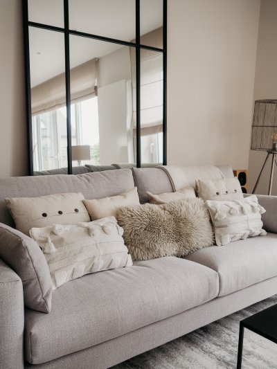 Homestyling, Interior, Country Concept, Luxemburg, Deko, Dekoration, clean, scandinavian, deco, Wohnzimmer, Sofa, Couch, Spiegel, Kissen